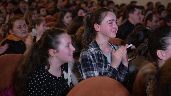 Очамчыра рыдала и аплодировала стоя: как земляки переживали за свою Леру на Ты супер! - Sputnik Абхазия