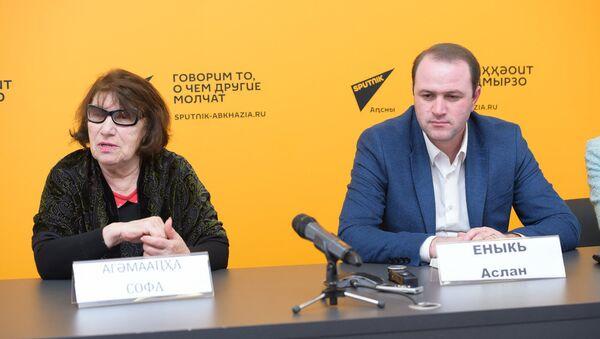 Пресс-конференция о премьере спектакля Кролики и Удавы Абхазского государственного молодежного театра - Sputnik Абхазия