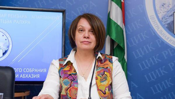 Пресс-секретарь ЦИК Елена Лабахуа на пресс-конференции по выборам в парламент Абхазии - Sputnik Абхазия