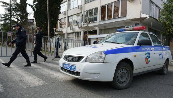Милиция у здания ЦИК по время парламентских выборов в Сухуме - Sputnik Аҧсны