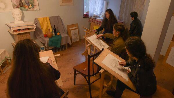Юные художники, ученики Анзора Сакания, в мастерской - Sputnik Аҧсны