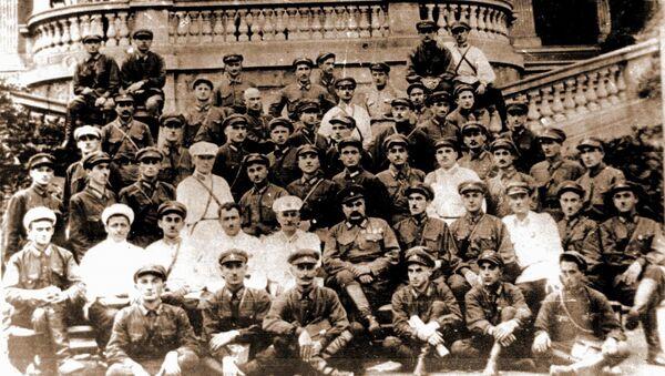 В.Лакоба  во  втором  ряду 4-й  слева  в  период  работы  его  в  Тбилиси  среди  руководящего  состава  милиции  Грузии.  В центре нарком  Грузии Хмаладзе. - Sputnik Абхазия