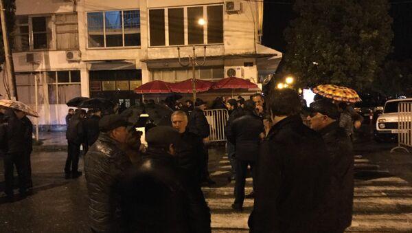 Около ста человек собралось у ЦИК Абхазии - Sputnik Абхазия
