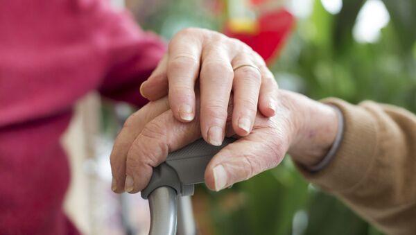 Пожилые люди держатся за руки - Sputnik Аҧсны