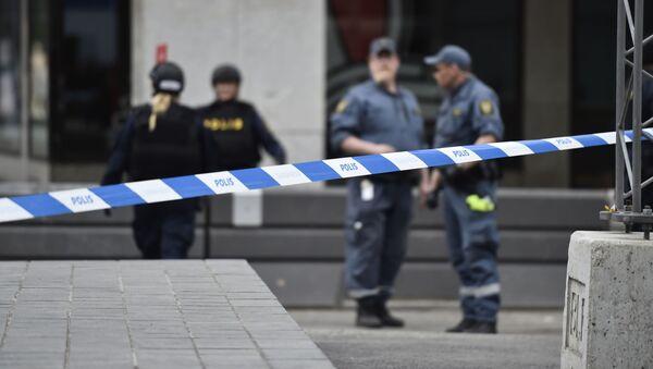 Полиция рядом с местом въезда грузовика в магазин Ahlens в центре Стокгольма - Sputnik Абхазия
