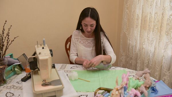 Лана Гармелия показывает как сшить пасхального кролика - Sputnik Абхазия
