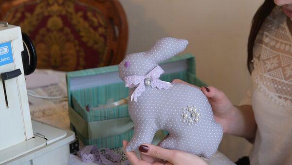 Набить зайца к пасхе: дизайнер показала, как сделать игрушку-тильда - Sputnik Абхазия