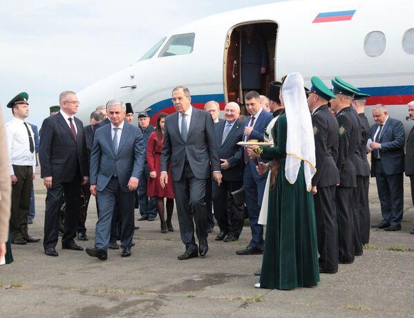 Министр иностранных дел РФ Сергей Лавров во время визита в Абхазию в аэропорту Бабушара - Sputnik Абхазия