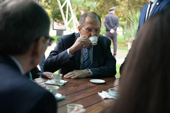 Министр иностранных дел РФ Сергей Лавров во время визита в Абхазию пьет кофе на Брехаловке - Sputnik Абхазия