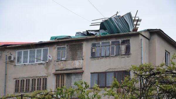Сильный ветер, пронесшийся 23 апреля над Сухумом, сорвал крыши с нескольких жилых домов Старого поселка. - Sputnik Абхазия