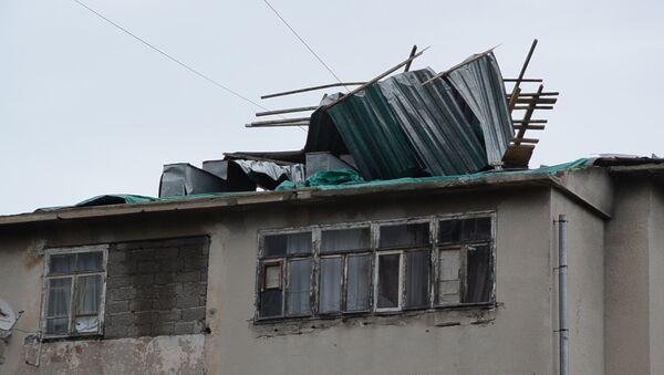 Вернуть крышу: в Сухуме после урагана начали восстанавливать кровлю домов - Sputnik Абхазия