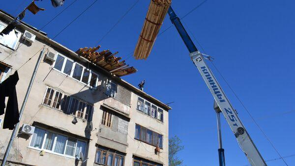 Ремонтно-восстановительные работы кровли в девятиэтажном многоквартирном жилом доме по улице Назадзе 19а в Старом поселке Сухума - Sputnik Абхазия