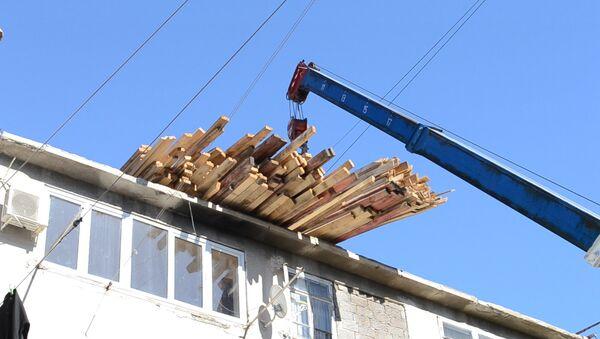 Унесенная ветром: идут работы по восстановлению крыши Дворца культуры Ткуарчала - Sputnik Абхазия