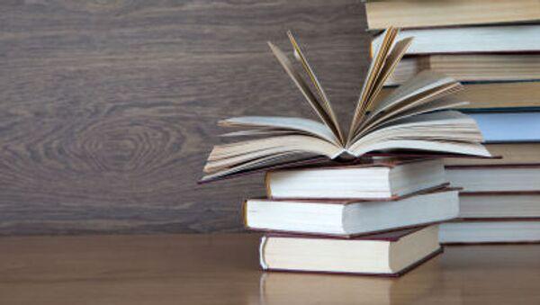 Стопка книг на столе - Sputnik Аҧсны