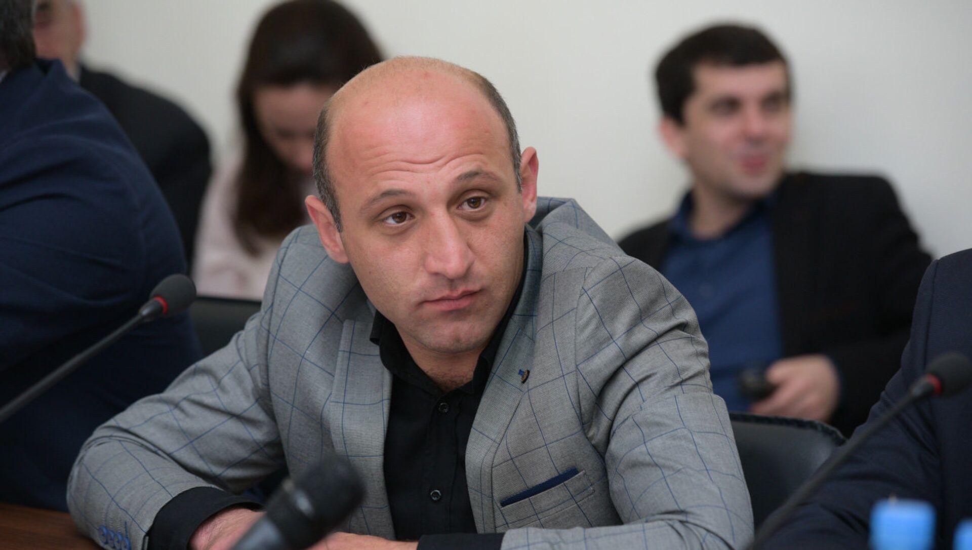 Депутат Алмасхан Ардзинба на второй сессии парламента Абхазии шестого созыва - Sputnik Аҧсны, 1920, 04.10.2021