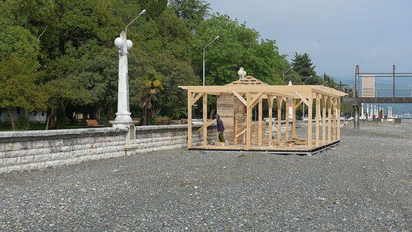 Строительство на набережной сборно-разборных конструкций на сухумской набережной - Sputnik Абхазия