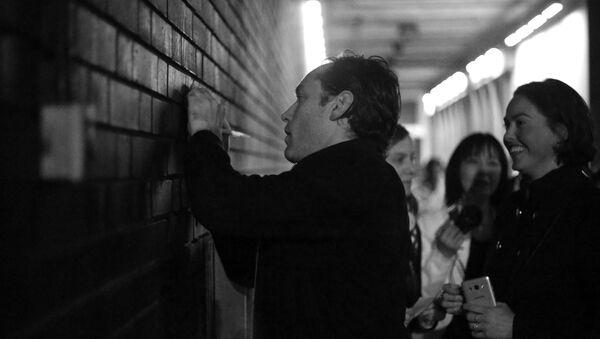 Джуд Лоу раздает автографы после спектакля в Лондоне - Sputnik Абхазия