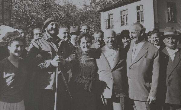 Баграт Шинкуба с Никитой Хрущевым и Фиделем Кастро в селе Дурипш Гудаутского района - Sputnik Абхазия