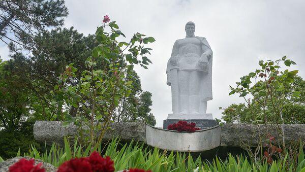 Памятник неизвестному солдату в Сухуме - Sputnik Абхазия