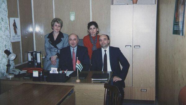 Игорь Ахба, Юрий Анчабадзе, пресс-служба Татьяна Гулиа, переводчик Лиана Кварчелия, 1994 год в офисе на улице Куусинена - Sputnik Абхазия