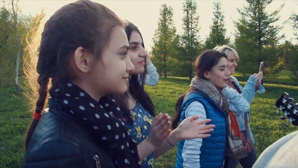 Снова вместе: вокалисты Ты супер! пели и танцевали на природе - Sputnik Абхазия