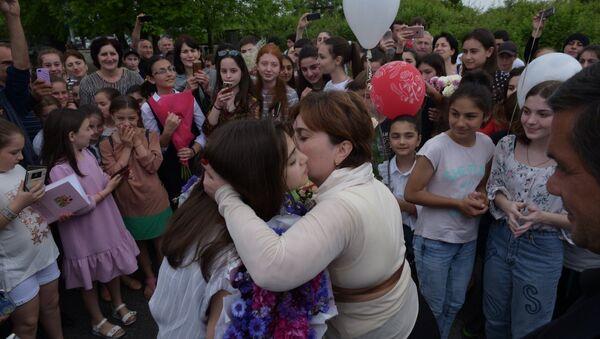 Поклонники Валерии Адлейба в Гудауте перегородили ей путь в Сухум - Sputnik Абхазия