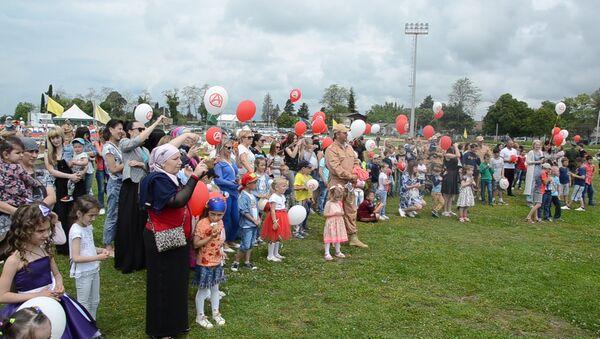Детский плац: российские военные в Абхазии развлекали детей в канун праздника - Sputnik Абхазия