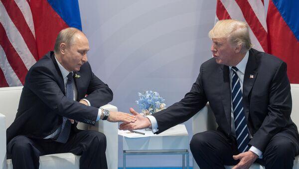 Президент РФ Владимир Путин и президент США Дональд Трамп (справа) во время беседы на полях саммита лидеров Группы двадцати G20 в Гамбурге. - Sputnik Абхазия