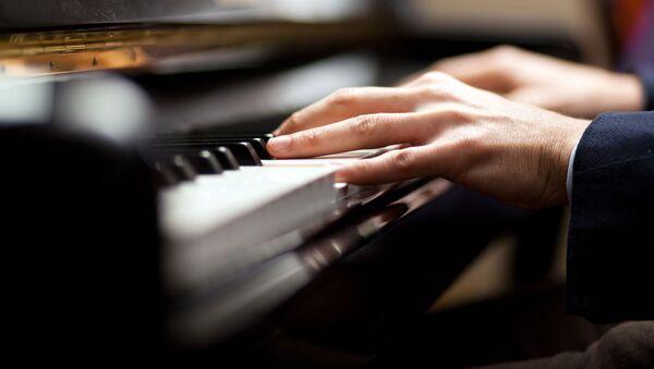 Музыкант во время игры на пианино - Sputnik Абхазия