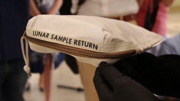 В США выставят на аукционе сумку Нила Армстронга с лунной пылью - Sputnik Абхазия