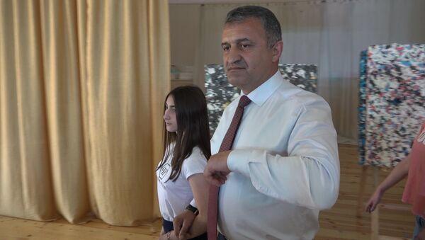 Президент Южной Осетии станцевал с детьми из Донецка - Sputnik Абхазия