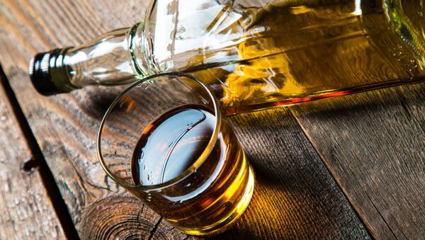 Бутылка крепкого алкоголя и стакан на столе - Sputnik Абхазия
