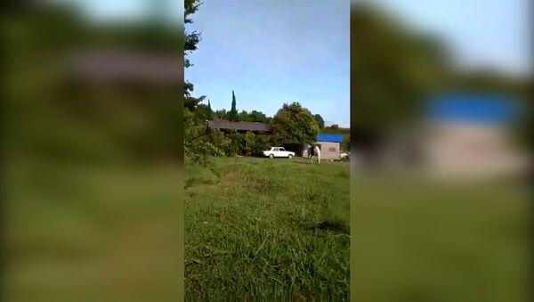 Очевидец снял на телефон первые кадры взрыва со двора своего дома - Sputnik Абхазия