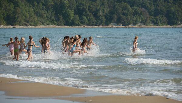 Если задания (даже самые интересные) летом выполнять ребятишкам сложно, купаться на море охотно ходят все, даже те, кто плавать не умеет. - Sputnik Аҧсны