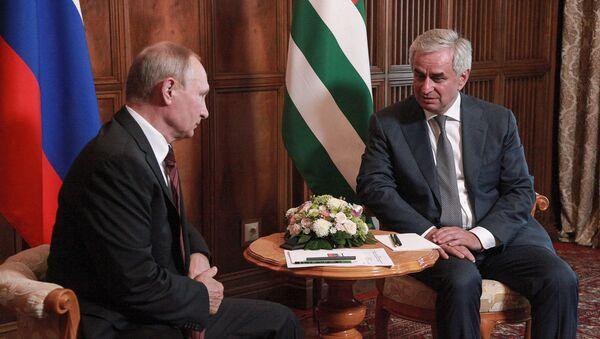 Встреча Рауля Хаджимба и Владимира Путина в Пицунде  - Sputnik Абхазия