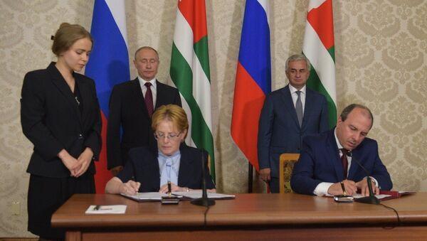 Абхазия и Россия подписали Соглашение по медстрахованию - Sputnik Абхазия