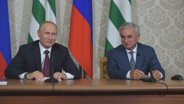 Рауль Хаджимб и Владимир Путин на встрече в Пицунде - Sputnik Абхазия