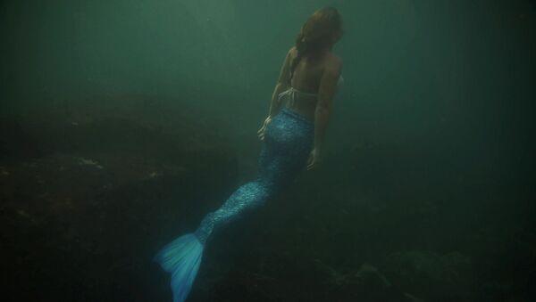 Русалка и инструктор по подводному плаванию Лучиана Фузетти тренируется на островах Тийкуса в Рио-де-Жанейро, Бразилия - Sputnik Аҧсны