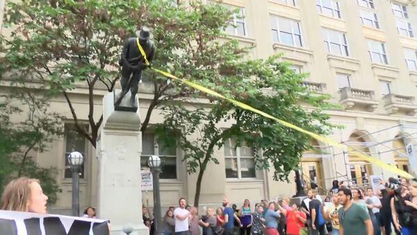 В Северной Каролине протестующие опрокинули памятник войскам Конфедерации - Sputnik Абхазия