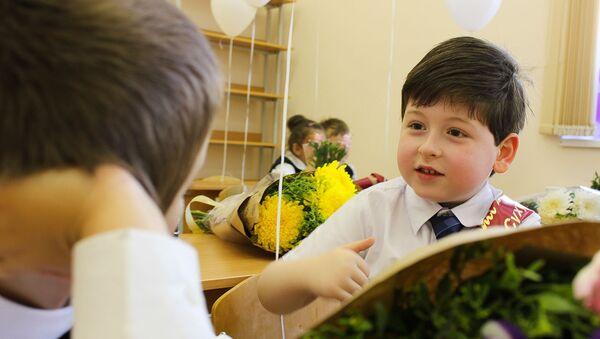 Ученик 1-го  класса в средней школе №3 в Сухуме - Sputnik Абхазия