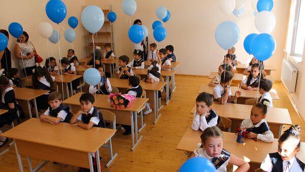 Ученики 1-го класса в средней школе №3 в Сухуме - Sputnik Абхазия