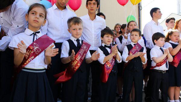 Учащиеся школы №3 на торжественной линейке, посвященной Дню знаний в Сухуме - Sputnik Абхазия