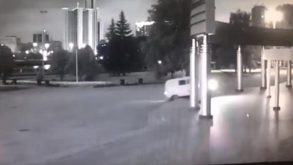 Момент взрыва УАЗа у кинотеатра в Екатеринбурге попал на видео - Sputnik Абхазия