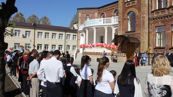 Ученики и президент: как отрывали школу Искандера и Воронова после ремонта - Sputnik Абхазия