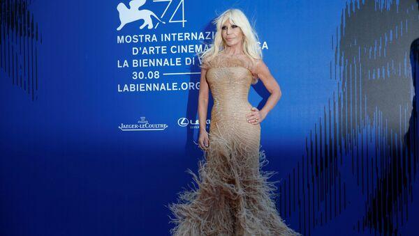 Итальянский модельер Донателла Версаче на 74-ом Венецианском кинофестивале, Италия - Sputnik Аҧсны