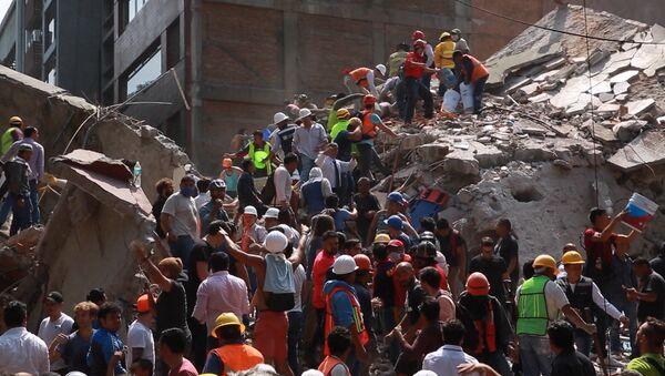 Спасательные работы на месте обрушившихся из-за землетрясения зданий в Мексике - Sputnik Абхазия