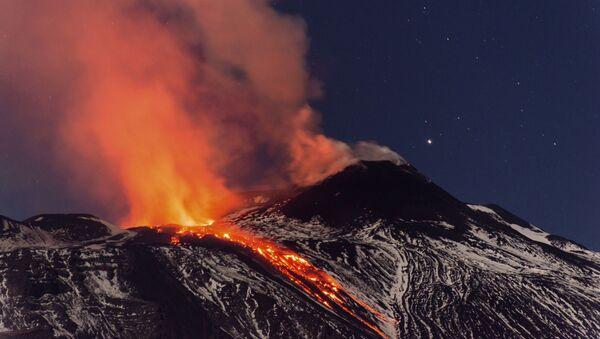 Потоки лавы во время извержения вулкана в Италии - Sputnik Абхазия