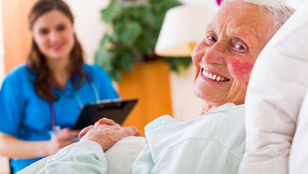 Старая женщина в больничной палате - Sputnik Абхазия