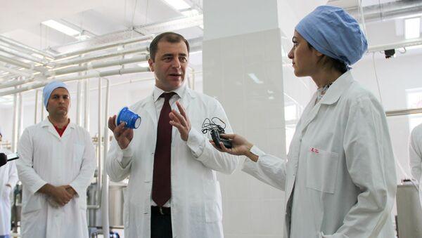 Министр экономики Абхазии Адгур Ардзинба на открытии Сухумского молочного завода - Sputnik Абхазия