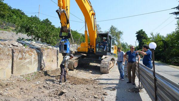 Дорожные работы по устранению оползневых участков на республиканской трассе в районе Эшеры - Sputnik Абхазия